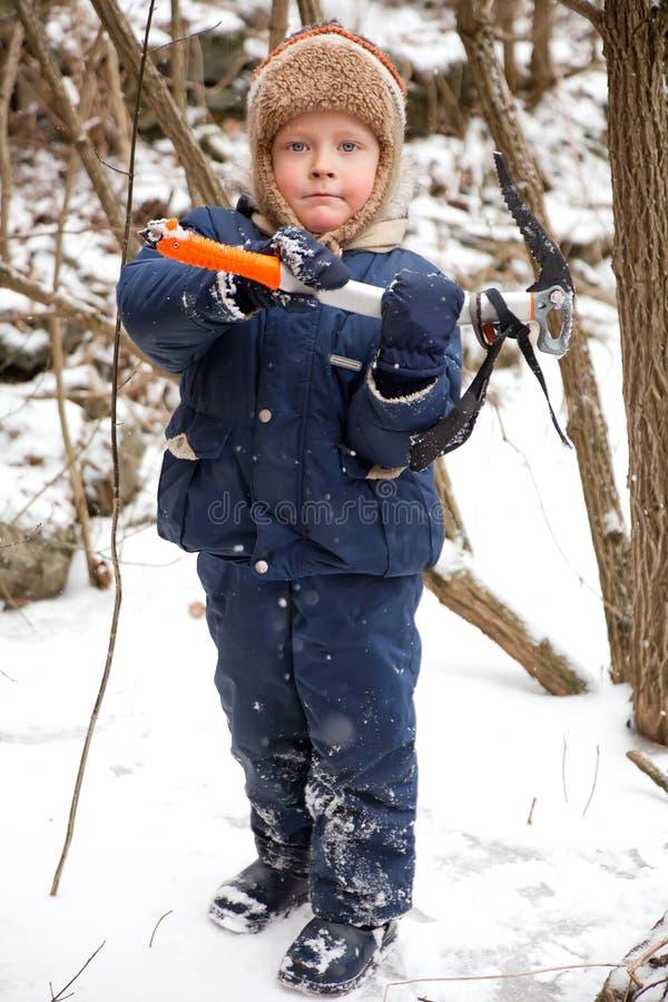 πάγος αγοριών τσεκουριώ&n στοκ φωτογραφία με δικαίωμα ελεύθερης χρήσης