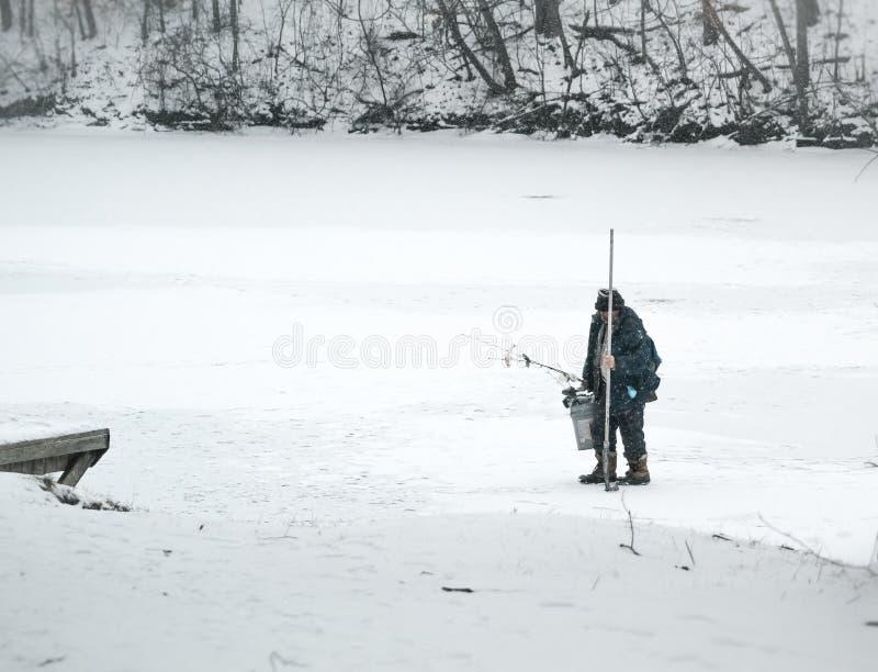 Πάγος ατόμων που αλιεύει σε μια λίμνη το χειμώνα στοκ εικόνα με δικαίωμα ελεύθερης χρήσης
