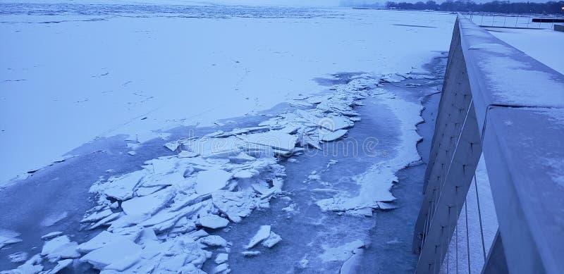 Πάγος λιμνών που συσσωρεύεται επάνω στοκ εικόνα