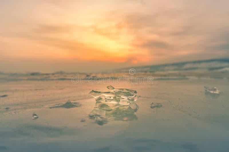Πάγος πέρα από τη λίμνη παγώματος νερού με μετά από το υπόβαθρο Baikal Ρωσία ουρανού ηλιοβασιλέματος στοκ εικόνες
