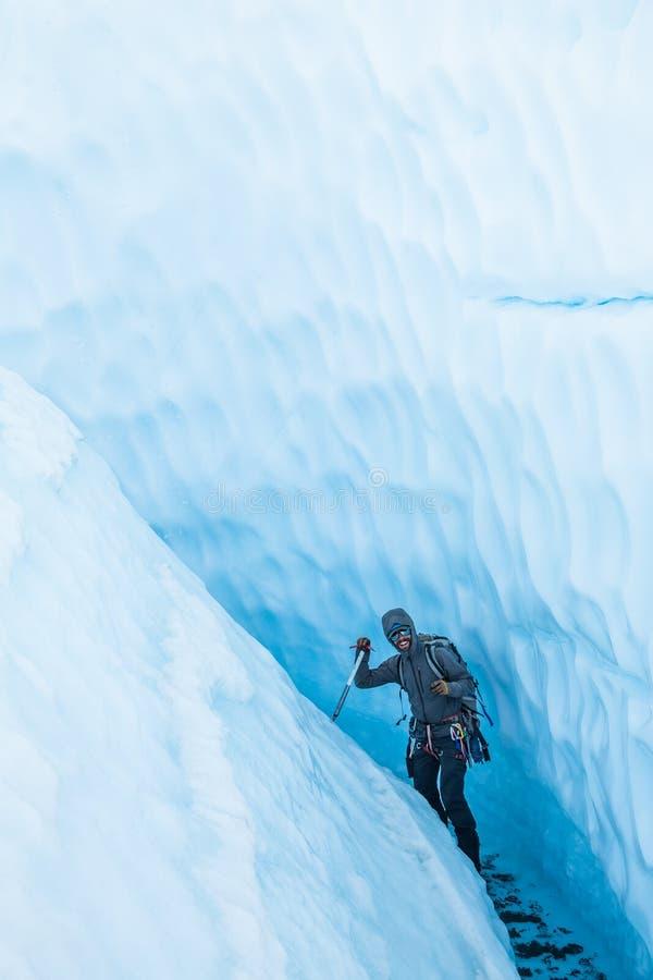 Πάγος παγετώνων που αναρριχείται στον οδηγό που περπατά μέσω του στενού κεκλιμένου φαραγγιού στον παγετώνα Matanuska στην Αλάσκα στοκ φωτογραφία με δικαίωμα ελεύθερης χρήσης