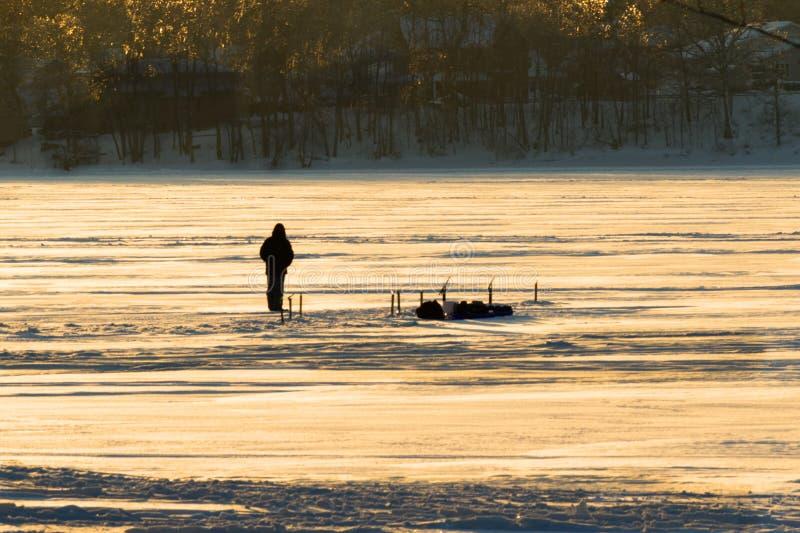 Πάγος που αλιεύει στον ποταμό το χειμώνα στοκ φωτογραφία με δικαίωμα ελεύθερης χρήσης