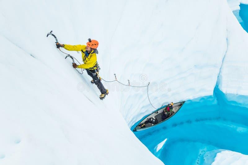 Πάγος που αναρριχείται από ένα κανό στον παγετώνα Matanuska στοκ φωτογραφίες με δικαίωμα ελεύθερης χρήσης