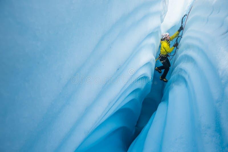 Πάγος που αναρριχείται μεταξύ των τοίχων φαραγγιών που καλύπτονται στις κυματιστές γραμμές που χαράζονται από meltwater στοκ φωτογραφία με δικαίωμα ελεύθερης χρήσης