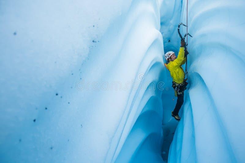 Πάγος που αναρριχείται σε ένα φαράγγι αυλακώσεων παγετώνων στοκ εικόνα με δικαίωμα ελεύθερης χρήσης