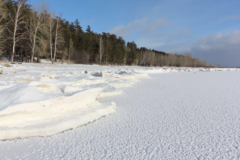 Πάγος που διαμορφώνει στον ποταμό, δεξαμενή Ob, Σιβηρία στοκ φωτογραφία