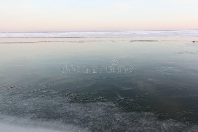 Πάγος που διαμορφώνει στον ποταμό το φθινόπωρο στο ηλιοβασίλεμα, δεξαμενή Ob, Sib στοκ εικόνες