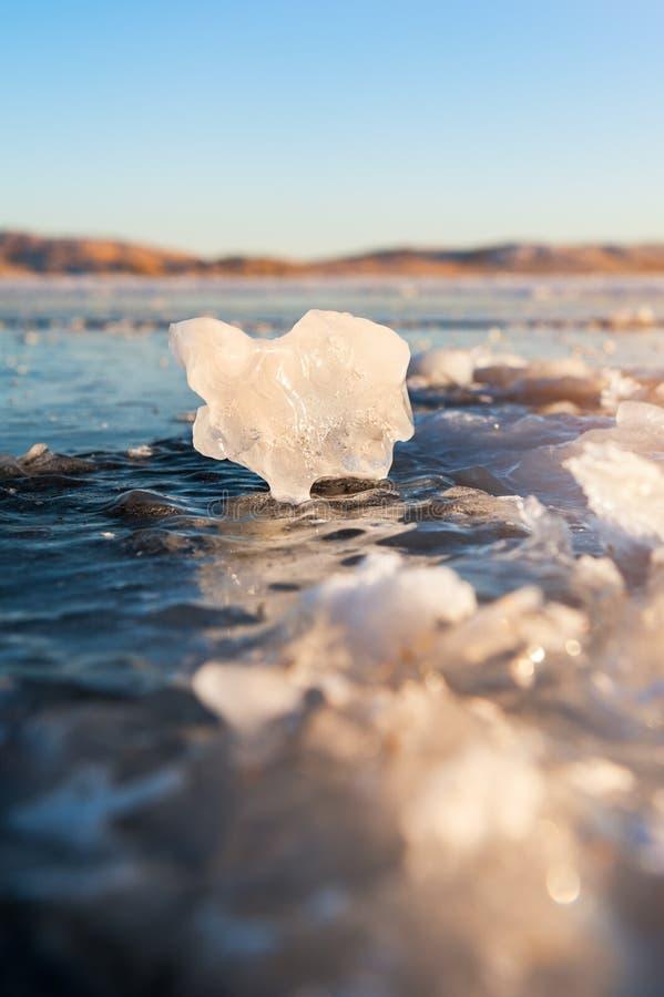 Πάγος στην παγωμένη λίμνη Μακρο εικόνα, ρηχό βάθος του τομέα στοκ φωτογραφία με δικαίωμα ελεύθερης χρήσης