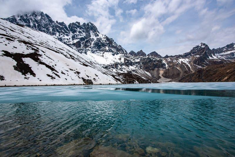 Πάγος στη λίμνη Gokyo στο Νεπάλ Ιμαλάια στοκ φωτογραφία
