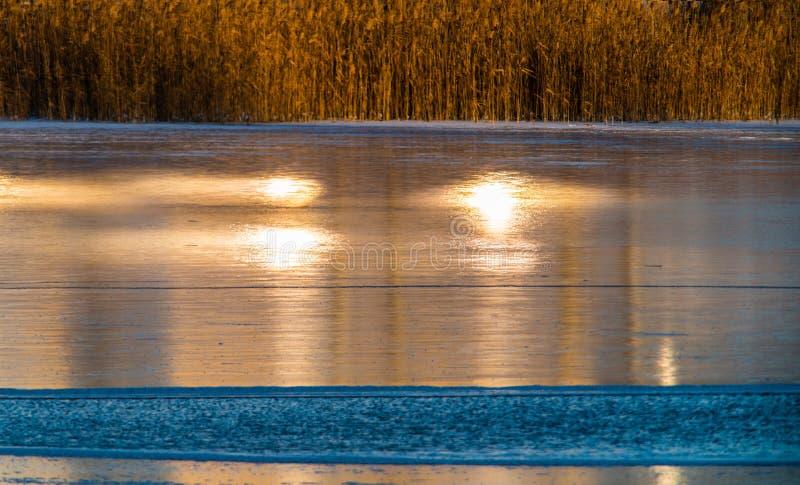 Πάγος της λίμνης που καίγεται με το φως ηλιοβασιλέματος στοκ φωτογραφία με δικαίωμα ελεύθερης χρήσης