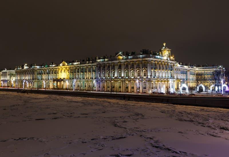 Πάγος χειμερινών παλατιών μουσείων ερημητηρίων με τα hummocks στο πρώτο πλάνο τη νύχτα, Αγία Πετρούπολη, Ρωσία στοκ εικόνες με δικαίωμα ελεύθερης χρήσης