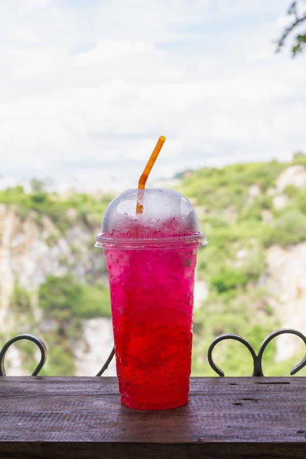 Πάγου κόκκινο μη αλκοολούχο ποτό φλυτζανιών σόδας πλαστικό στοκ φωτογραφίες