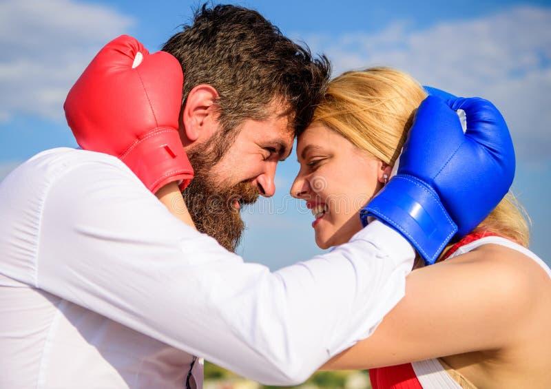 Πάλη για την ευτυχία σας Ερωτευμένο υπόβαθρο μπλε ουρανού αγκαλιάσματος εγκιβωτίζοντας γαντιών ζεύγους Αγκαλιά γενειάδων και κορι στοκ φωτογραφίες