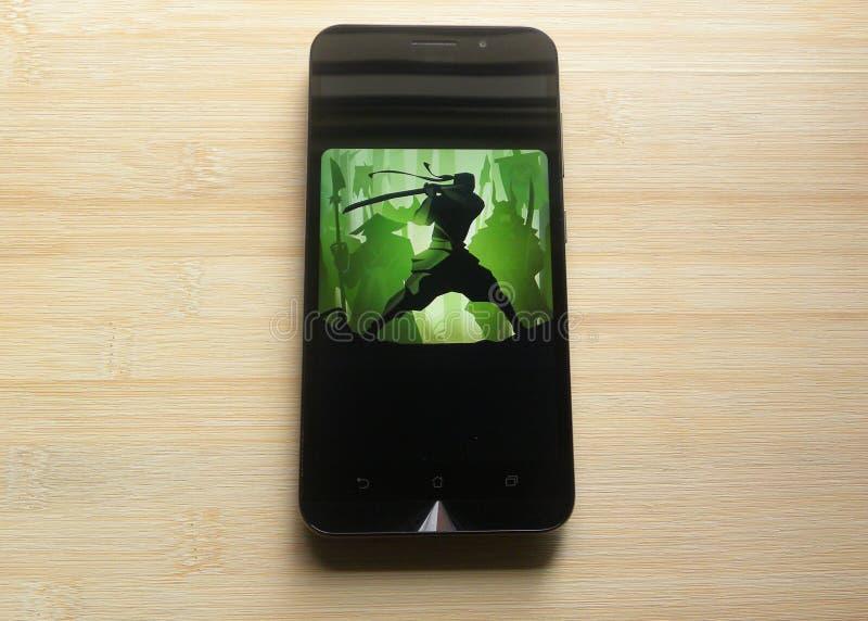 Πάλη 2 σκιών παιχνίδι στο smartphone στοκ εικόνα με δικαίωμα ελεύθερης χρήσης