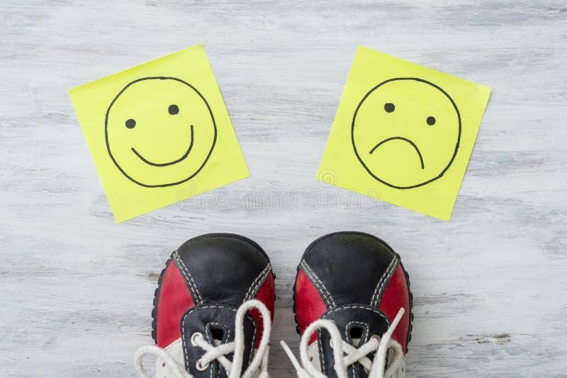 Πάνινα παπούτσια, επιλογή, χέρι που σύρουν τα δυστυχισμένα και ευτυχή smileys στοκ εικόνες με δικαίωμα ελεύθερης χρήσης