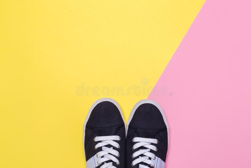 Πάνινα παπούτσια στο ρόδινο και κίτρινο υπόβαθρο r στοκ φωτογραφία με δικαίωμα ελεύθερης χρήσης