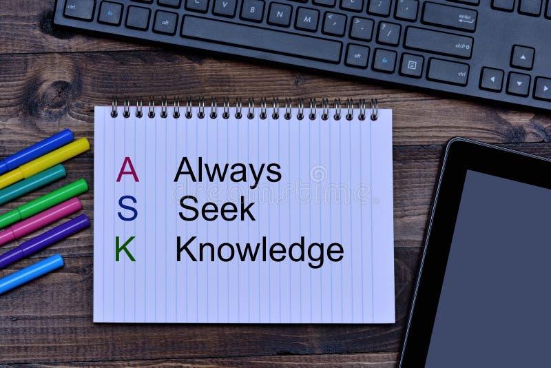 Πάντα επιδιώξτε τις λέξεις γνώσης στο σημειωματάριο στοκ εικόνα