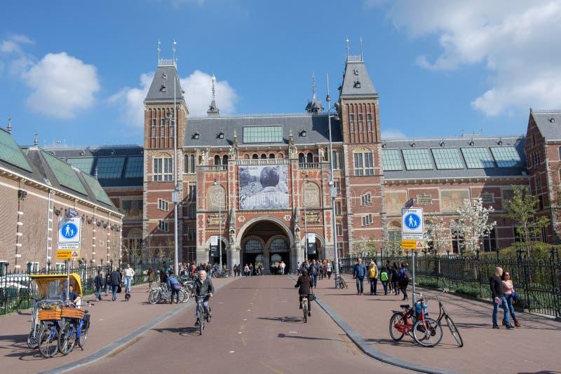 Πάντα πολλοί άνθρωποι και τουρίστας μπροστά από το Rijksmuseum, Άμστερνταμ, οι Κάτω Χώρες στοκ εικόνες