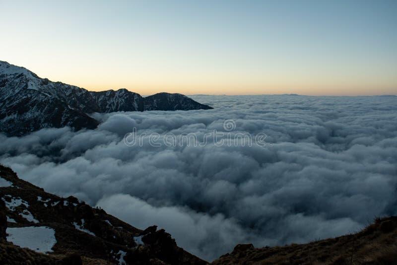 Πάνω από σύννεφα θέα στο ορεινό τοπίο κατά τη διάρκεια της ανατολής του ηλίου στα Ιμαλάια στοκ φωτογραφία με δικαίωμα ελεύθερης χρήσης