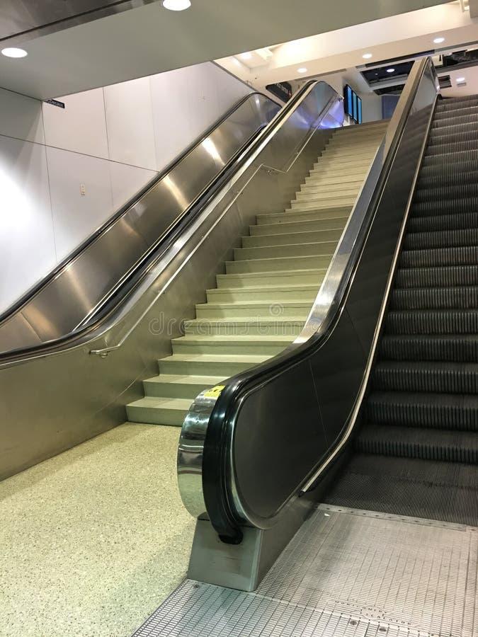 Πάνω-κάτω τις κυλιόμενες σκάλες δίπλα-δίπλα στοκ φωτογραφία με δικαίωμα ελεύθερης χρήσης