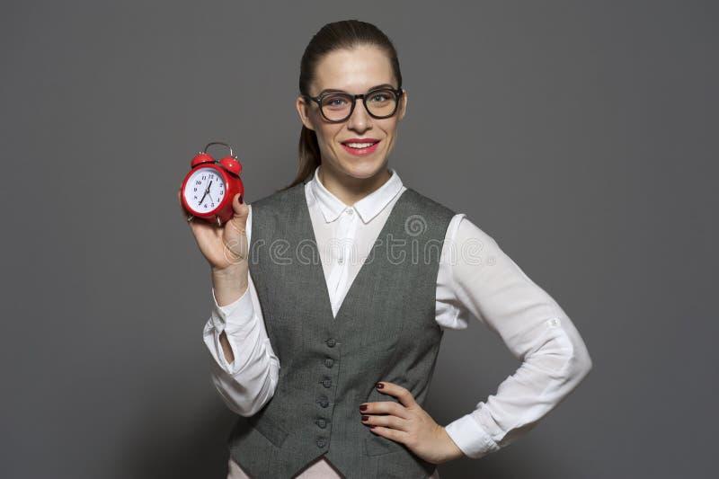 Πάνω στην ώρα έννοια - νέα γυναίκα με το κόκκινο ρολόι στοκ εικόνες
