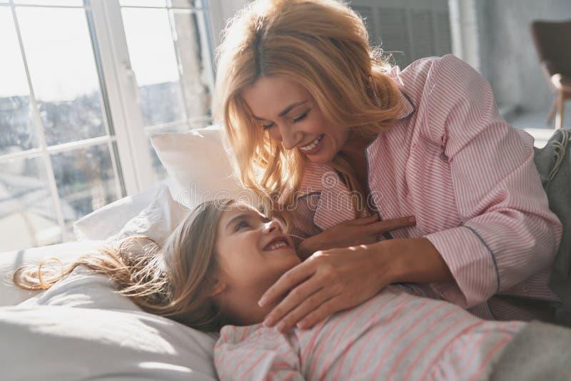 Πάρα πολύ οκνηρός ξυπνήστε Νέα όμορφη μητέρα που ξυπνά το χαριτωμένο λ της στοκ φωτογραφίες