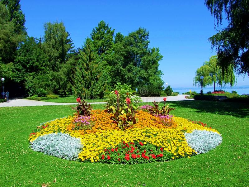 πάρκο, κήπος, τοπίο, χλόη, πράσινη, φύση, δέντρο, λουλούδι, χορτοτάπητας, καλοκαίρι, δέντρα, ουρανός, λουλούδια, άνοιξη, γκολφ, ε στοκ φωτογραφίες