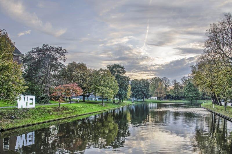 Πάρκο και κανάλι σε ένα βράδυ φθινοπώρου στοκ εικόνες