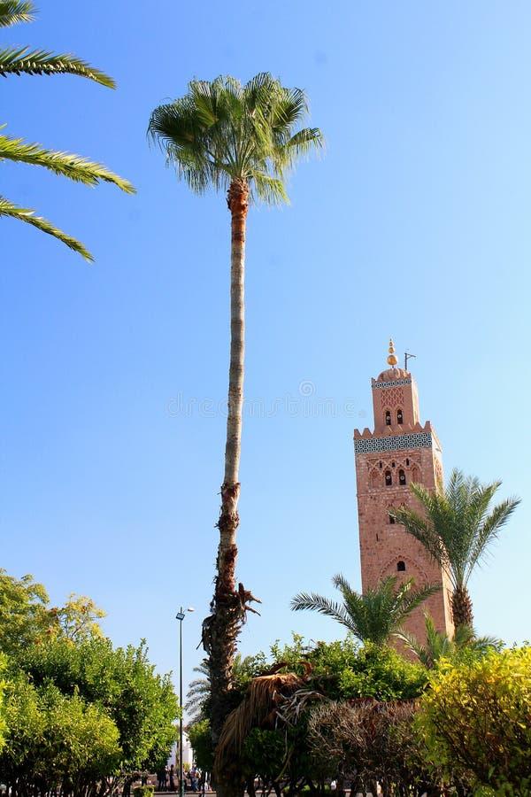 Πάρκο και μιναρές ενός μεγάλου μουσουλμανικού τεμένους στο κέντρο του Μαρακές στοκ φωτογραφία με δικαίωμα ελεύθερης χρήσης