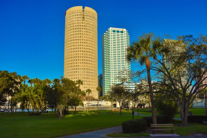 Πάρκο και Skycrapers εγκαταστάσεων στο υπόβαθρο μπλε ουρανού στη στο κέντρο της πόλης περιοχή στοκ φωτογραφίες με δικαίωμα ελεύθερης χρήσης