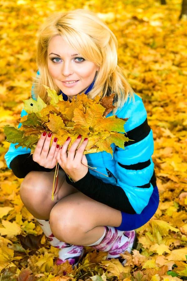 πάρκο κοριτσιών φθινοπώρο&u στοκ φωτογραφία με δικαίωμα ελεύθερης χρήσης