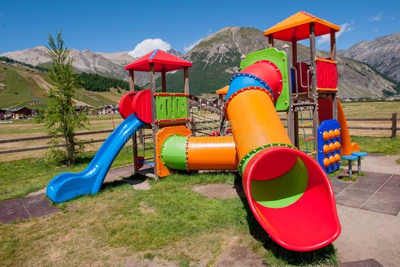 Πάρκο με τα ζωηρόχρωμα παιχνίδια στοκ εικόνες