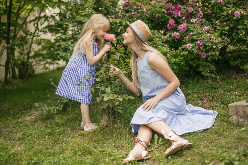 Πάρκο μητέρων και κορών οικογενειακός τρόπος ζ& οικογένεια που στηρίζεται από κοινού στοκ εικόνες