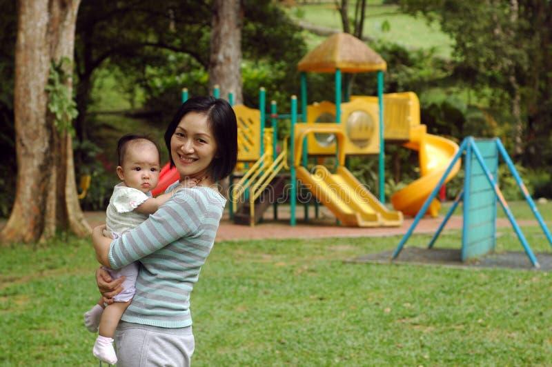 πάρκο μητέρων μωρών στοκ εικόνες με δικαίωμα ελεύθερης χρήσης