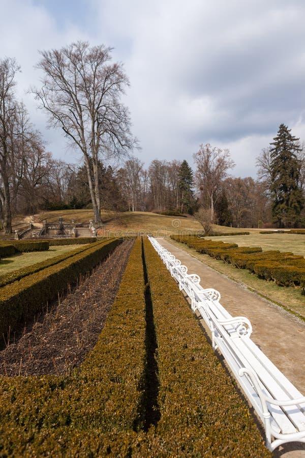 Πάρκο μπροστά από το NAD Vltavou Hluboka κάστρων. Δημοκρατία της Τσεχίας στοκ φωτογραφία
