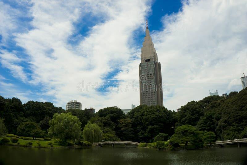 Πάρκο πόλεων της Ιαπωνίας, Τόκιο Shinjuku Goyen, άποψη του πάρκου πόλεων με το υπόβαθρο πρασινάδων, λιμνών και ουρανοξυστών ub στοκ φωτογραφίες με δικαίωμα ελεύθερης χρήσης