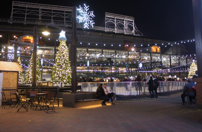 Πάρκο σε Wrigley τη νύχτα, Χριστούγεννα, τομέας Wrigley αιθουσών παγοδρομίας πατινάζ, πάρκο των Chicago Cubs στοκ εικόνα με δικαίωμα ελεύθερης χρήσης