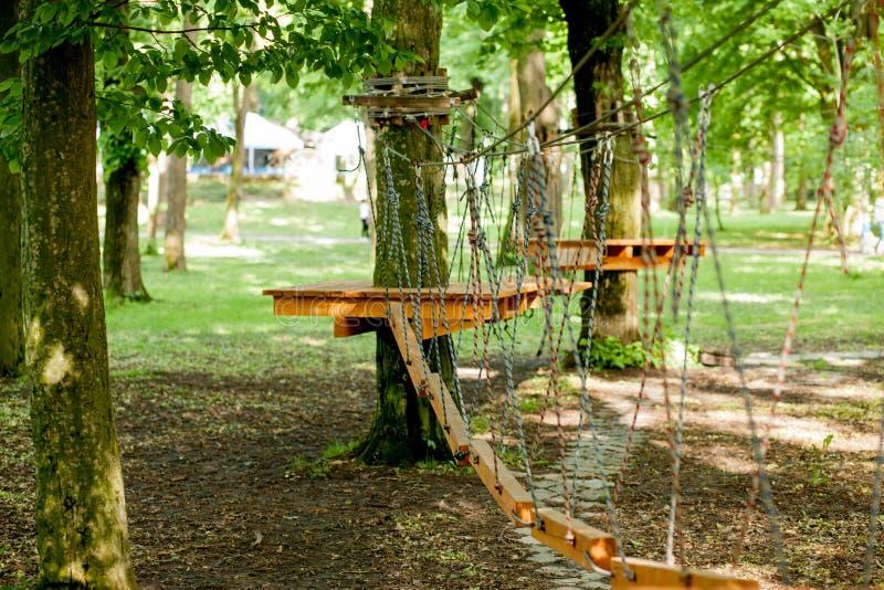 Πάρκο σχοινιών μετ' εμποδίων και ορειβασία Ακραία έννοια δραστηριοτήτων υπολοίπου και καλοκαιριού στοκ φωτογραφίες