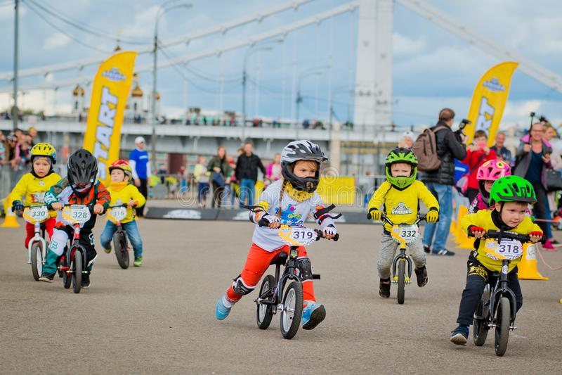 Πάρκο της Ρωσίας, Μόσχα, Γκόρκυ, στις 9 Σεπτεμβρίου 2017 Γύρος ποδηλάτων παιδιών ` s Τα παιδιά από 2 έτη σε 7 στα κράνη ανταγωνίζ στοκ εικόνα