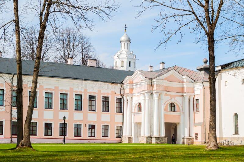 Πάρκο του Κρεμλίνου Novgorod - πύργος ρολογιών του καθεδρικού ναού της Sophia  στοκ εικόνες με δικαίωμα ελεύθερης χρήσης