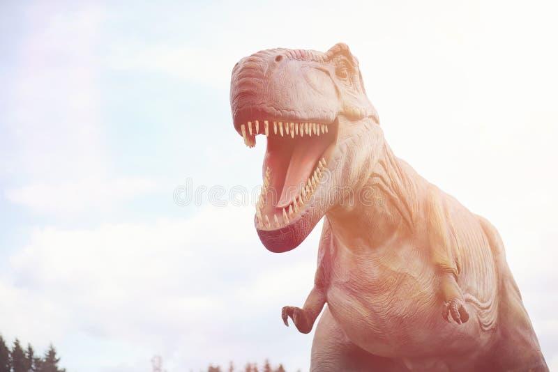 Πάρκο των δεινοσαύρων Ένας δεινόσαυρος στο υπόβαθρο της φύσης Παιχνίδι δ στοκ φωτογραφία