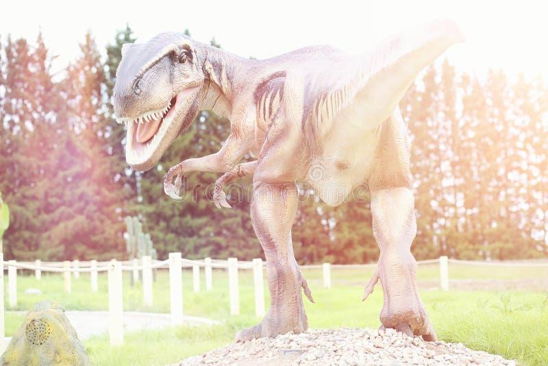 Πάρκο των δεινοσαύρων Ένας δεινόσαυρος στο υπόβαθρο της φύσης Παιχνίδι δ στοκ εικόνα με δικαίωμα ελεύθερης χρήσης