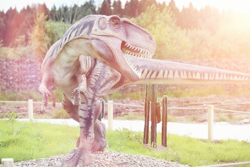 Πάρκο των δεινοσαύρων Ένας δεινόσαυρος στο υπόβαθρο της φύσης Παιχνίδι δ στοκ φωτογραφία με δικαίωμα ελεύθερης χρήσης