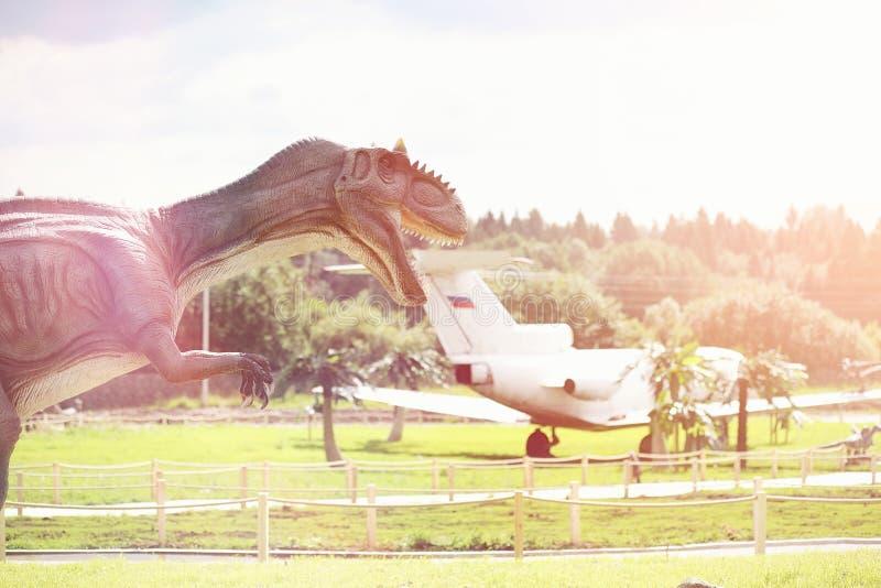Πάρκο των δεινοσαύρων Ένας δεινόσαυρος στο υπόβαθρο της φύσης Παιχνίδι δ στοκ εικόνες