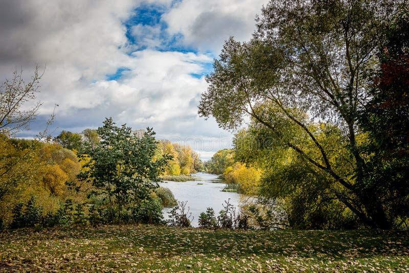 Πάρκο φθινοπώρου Ποταμός και δέντρα το φθινόπωρο σε ένα καλό day_ στοκ φωτογραφίες