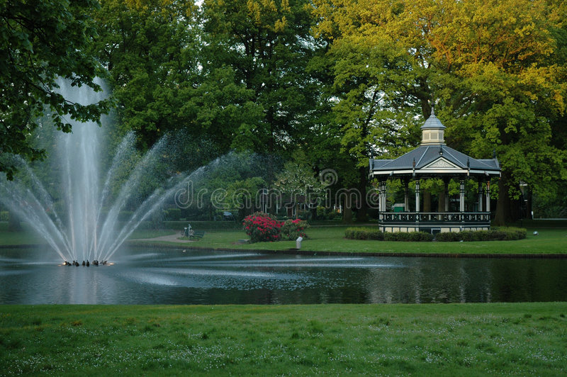 Download πάρκο στοκ εικόνα. εικόνα από δέντρα, άνοιξη, λίμνη, ύδωρ - 395895