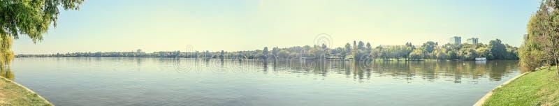 Πάρκο Herastrau με τα πράσινες δέντρα και τη λίμνη νερού, τοπίο πανοράματος στοκ εικόνα με δικαίωμα ελεύθερης χρήσης