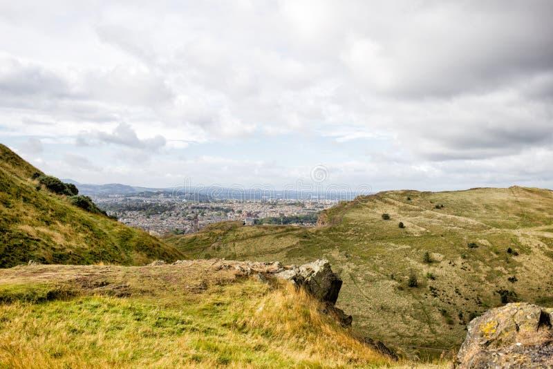 Πάρκο Holyrood και πόλη του Εδιμβούργου, Σκωτία στοκ εικόνες με δικαίωμα ελεύθερης χρήσης