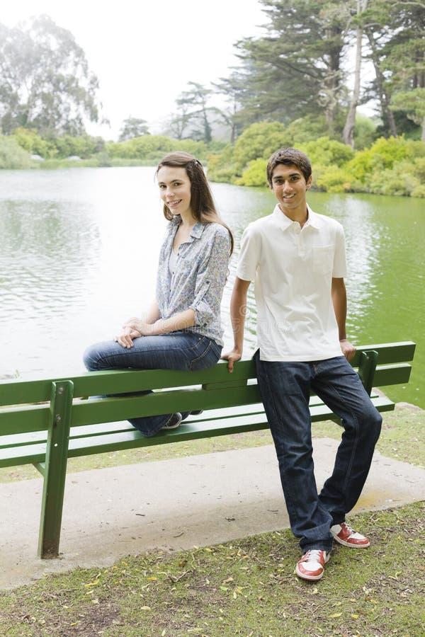 πάρκο teens δύο στοκ φωτογραφίες με δικαίωμα ελεύθερης χρήσης