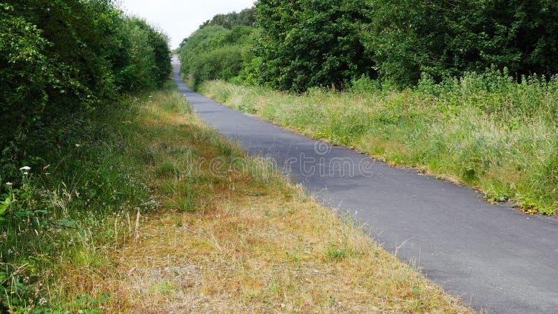Πάροδοι & δρόμοι πορειών χώρας το καλοκαίρι, κανέναν αυτοκίνητο ή άνθρωπο στοκ φωτογραφία